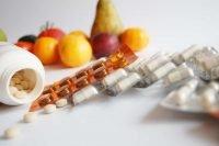 Multivitamines met fruit op de achtergrond